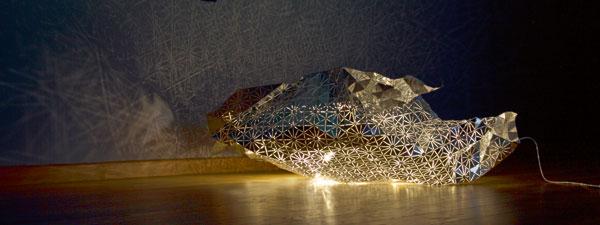 Luminaire à facettes pliables, LED, 240 cm x 120 cm de Cyrille Najjar.