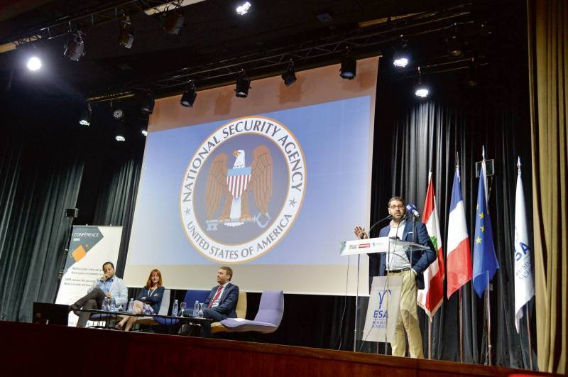 Une dizaine d'experts intervenaient à la conférence, dont Christian Karam (à droite), chef de la sécurité informatique pour la région Asie-Pacifique au sein de la banque UBS.
