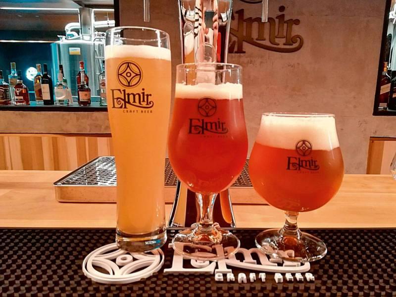 Les trois bières proposées par Elmir dans leur verre correspondant. (Photo : C.B.)