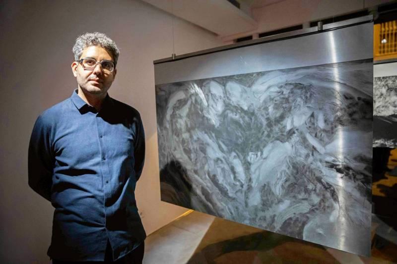 L'artiste  libanais Hatem Iman a transformé la galerie en un cadre géant pour ses oeuvres