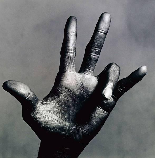 La main de Miles Davis par Irving Penn.