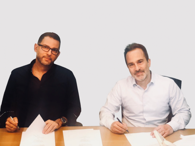 Wael Sinno et Fouad es-Saïd signe l'accord liant Transmed à Toy Market Group.