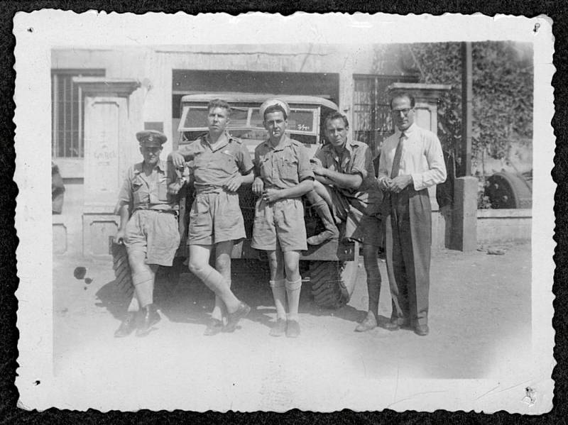 Des marins anglais devant l'atelier de Naggiar en 1943.
