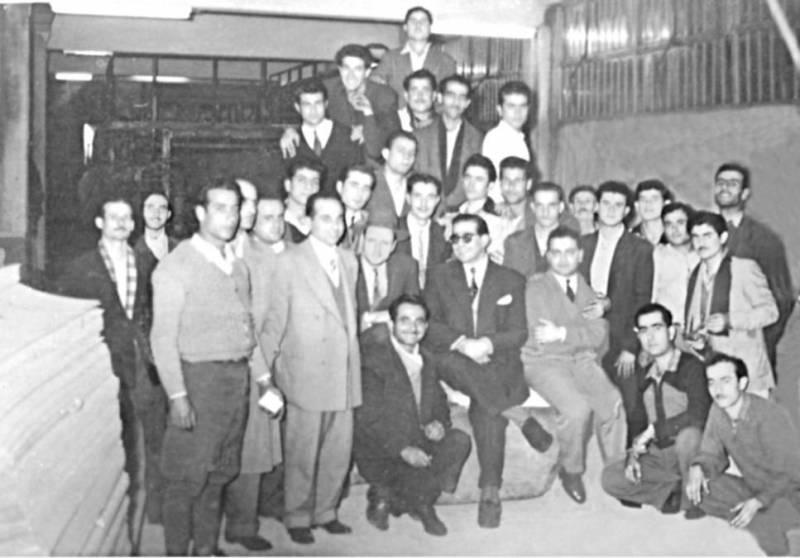 Joseph Gemayel (au centre), entouré de son équipe devant la première machine de carton ondulé au Liban, en 1956.