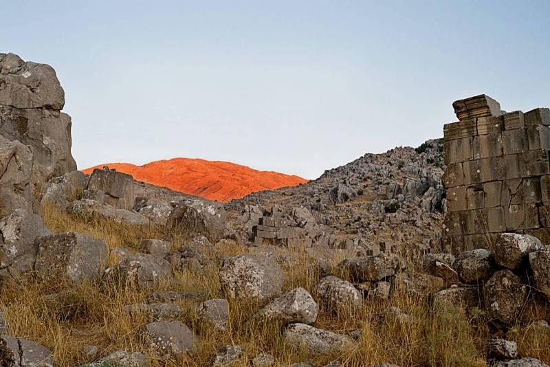 Dans cette série dédié aux montagnes du Liban, le photographe Nadim Asfar traduit, écrit-il sur son site