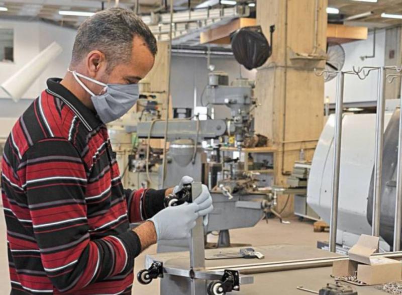 Les porte-sérums sont des tiges métalliques servant de support pour les flacons de perfusion.