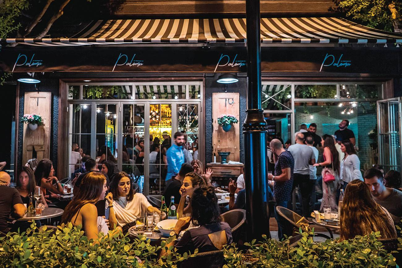 Trottoir de Paloma, un bar-restaurant de quartier