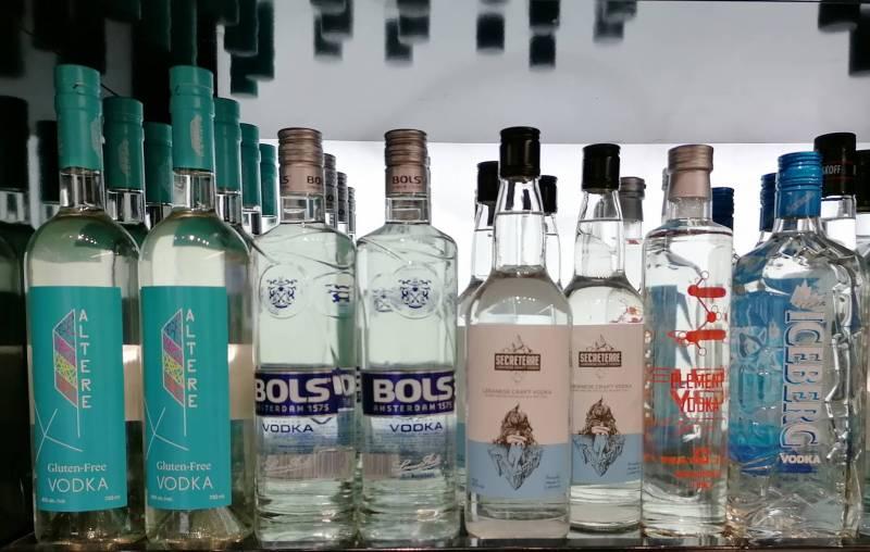 Quelques vodkas libanaises affichées en supermarché aux côtés de certains concurrents étrangers.
