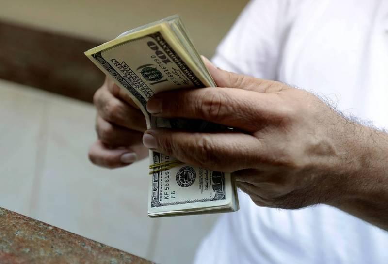 On observe depuis 2019 une fuite accélérée des capitaux hors du secteur bancaire, d'une part vers l'étranger et d'autre part par la thésaurisation au Liban.