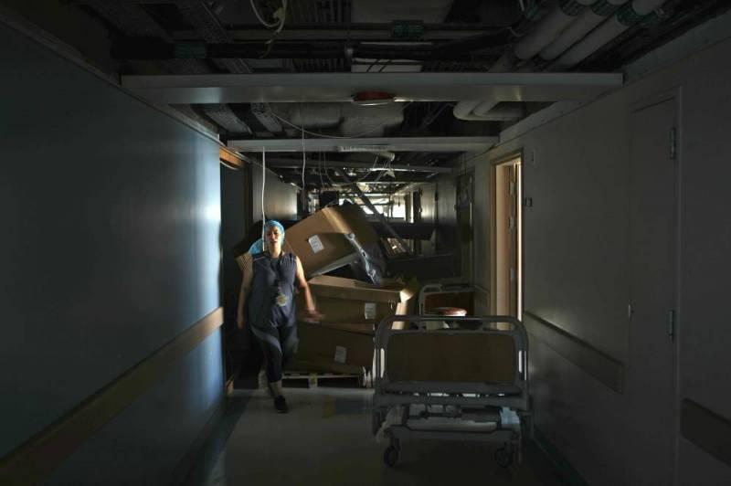Dans les décombres de l'hôpital Saint-Georges, une infirmière tente de sauver des équipements