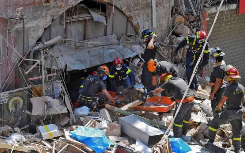 Des secouristes à la recherche de victimes dans les décombres d'une vieille maison