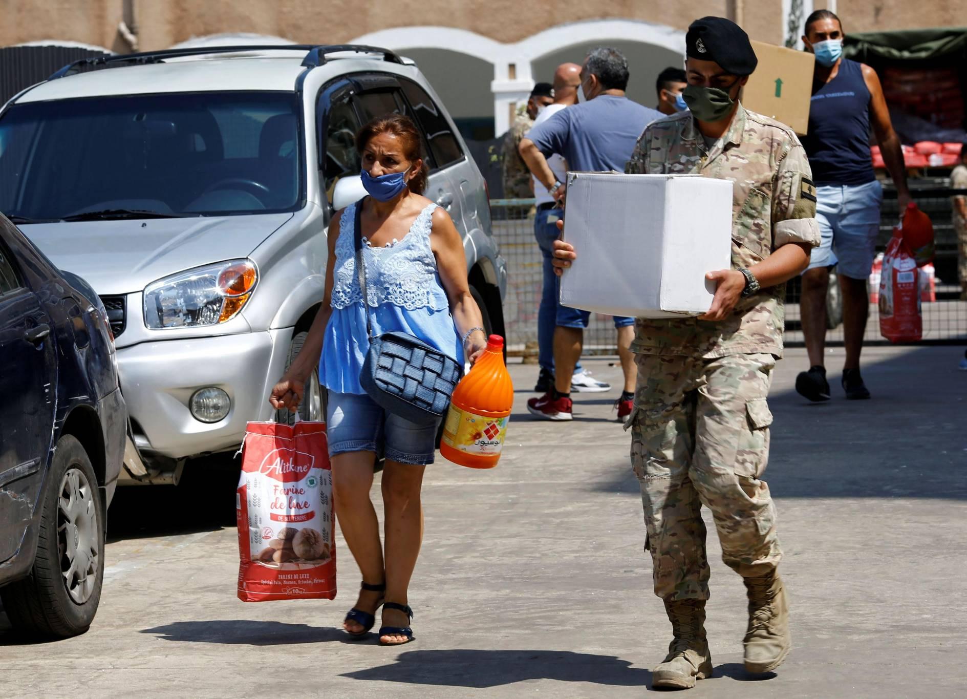 A Gemmayzé, l'armée libanaise distribue l'aide humanitaire aux sinistrés