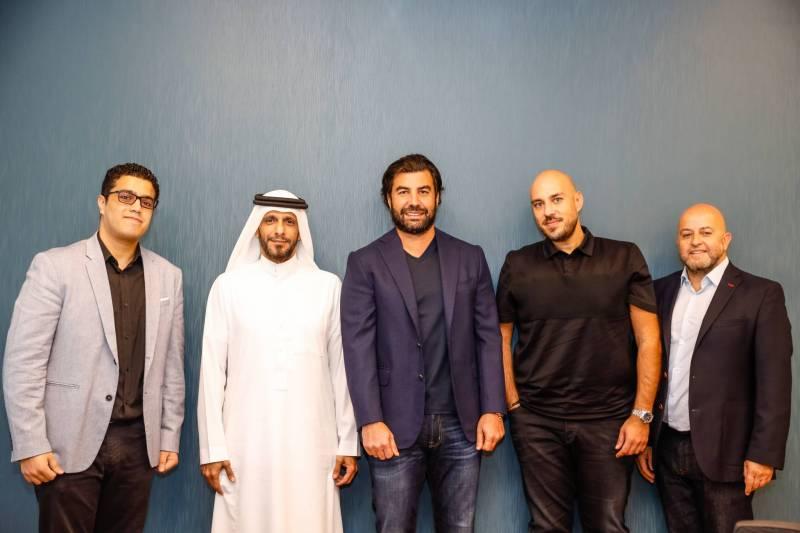 Imad Jomaa (au centre), entouré de représentants de JGroup et de FoxPush lors de la signature du contrat